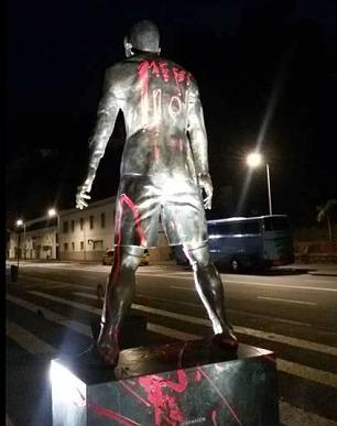 Chị của Ronaldo cáu vì tượng em trai bị viết tên Messi
