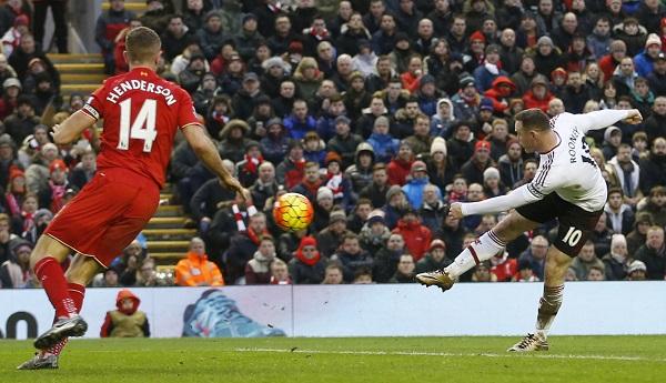 Rooney tung nốc ao, Man Utd đánh bại Liverpool