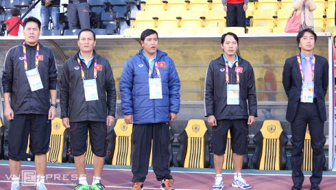 HLV Miura cử trợ lý đi thăm dò đối thủ ở tứ kết