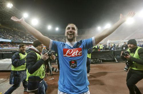Higuain giúp Napoli trụ vững trên đỉnh Serie A