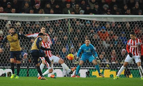 Arsenal hoà Stoke, đòi lại ngôi đầu