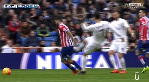 'Trả đũa' đối phương, Ronaldo may mắn thoát thẻ đỏ