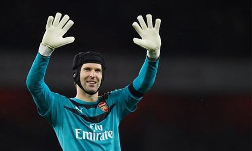 Găng tay mới của Petr Cech bị gửi nhầm tới Chelsea