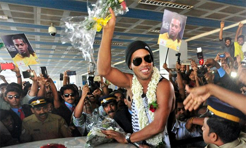 Ronaldinho suýt bị cột điện đè trúng ở Ấn Độ