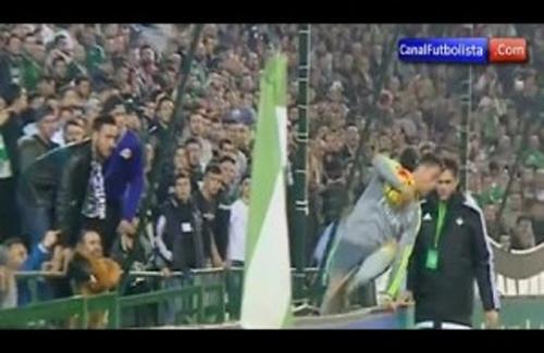 Khán giả phun nước bọt về phía Ronaldo