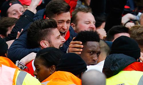 Cầu thủ Arsenal hô vang tên Welbeck sau bàn hạ Leicester