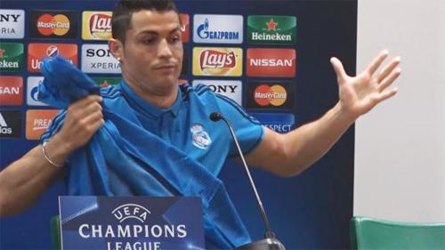 Ronaldo bỏ dở họp báo khi bị hỏi về việc ít ghi bàn sân khách