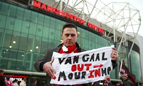 CĐV Man Utd ký đơn tập thể yêu cầu sa thải Van Gaal