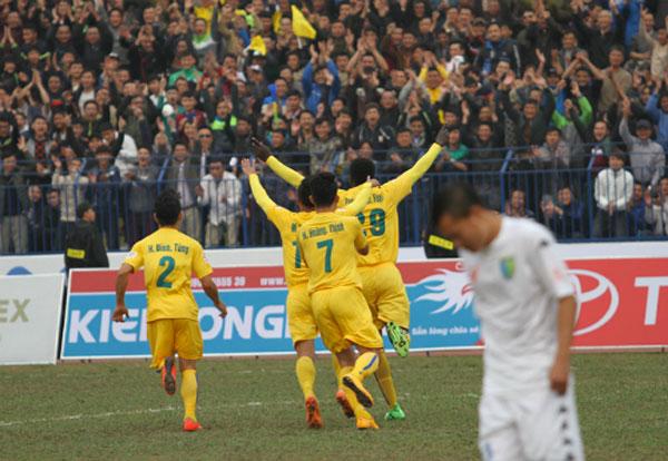 Hà Nội T&T thua trận thứ hai liên tiếp, Thanh Hoá lên đầu bảng V-League