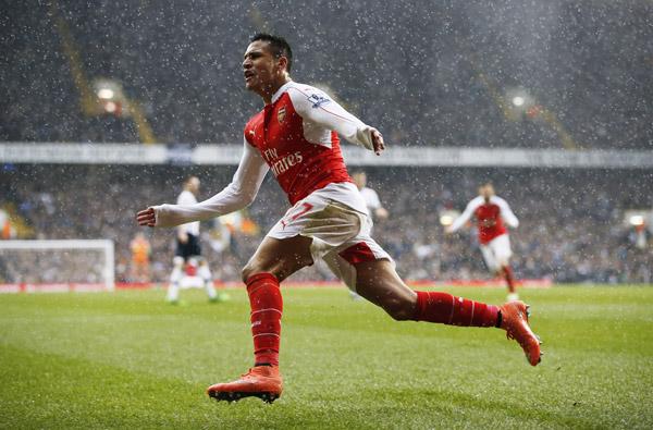 Sanchez cứu Arsenal khỏi thất bại trong cảnh 10 người