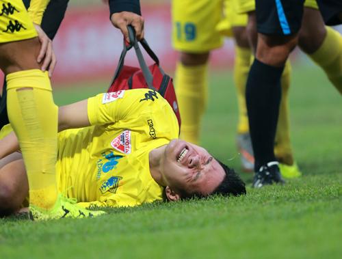 Cầu thủ nhập viện cấp cứu trong trận derby Hà Nội