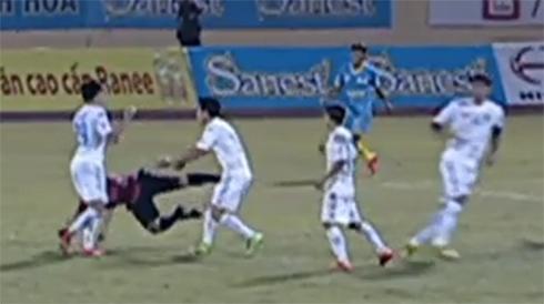 Cầu thủ Hà Nội T&T nhận thẻ đỏ vì đánh trọng tài ngã xuống sân