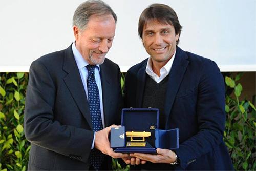 Chelsea bị mắng 'thiếu giáo dục' vì cách tiếp cận HLV Conte
