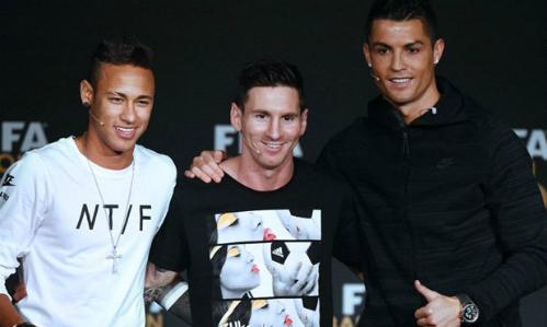 Ronaldo giúp đỡ Neymar ở lễ trao giải Quả Bóng Vàng