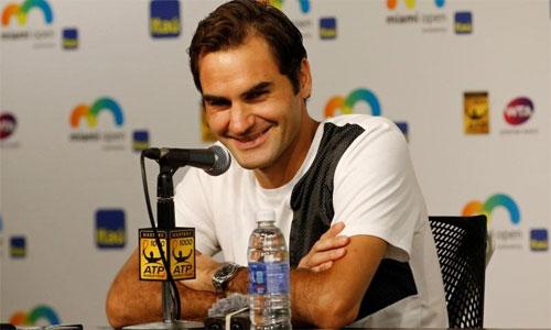 Federer chấn thương đầu gối khi chuẩn bị tắm cho con