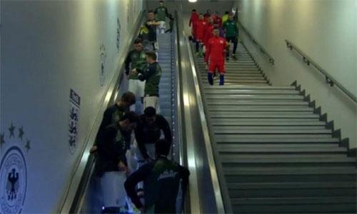 Tuyển Đức bị cáo buộc chơi xấu vì cho tuyển Anh đi thang bộ