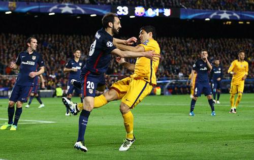 Suarez thoát thẻ đỏ khi chơi xấu Juanfran