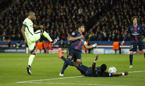 Ibrahimovic đá hỏng phạt đền, PSG rơi lợi thế cho Man City