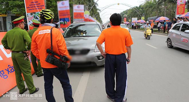 Người dân khiêng ôtô 'giải cứu' đoàn đua xe đạp