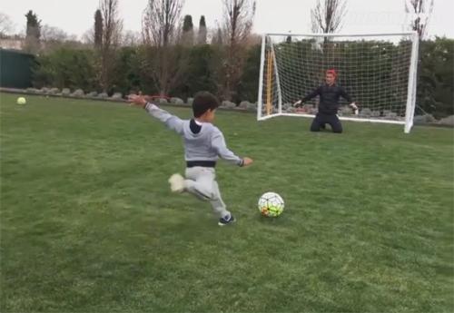 Con trai đánh bại Ronaldo bằng cú phạt đền kiểu Panenka