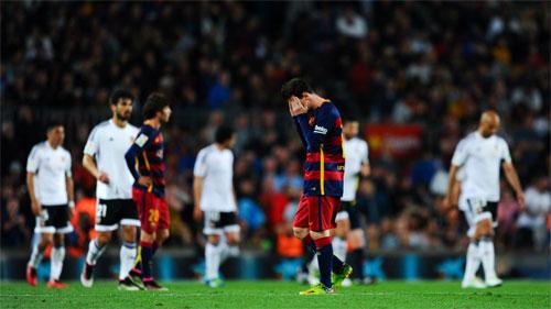 Thua trận thứ ba liên tiếp, Barca dâng cơ hội cho Real và Atletico
