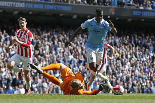 Man City vùi dập Stoke, bứt lên khỏi Man Utd