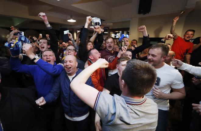 CĐV Leicester phát cuồng khi giấc mơ hoang đường thành sự thật - ảnh thể thao