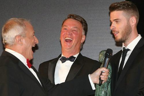 Man Utd giữ Van Gaal, muốn Mourinho đợi một năm