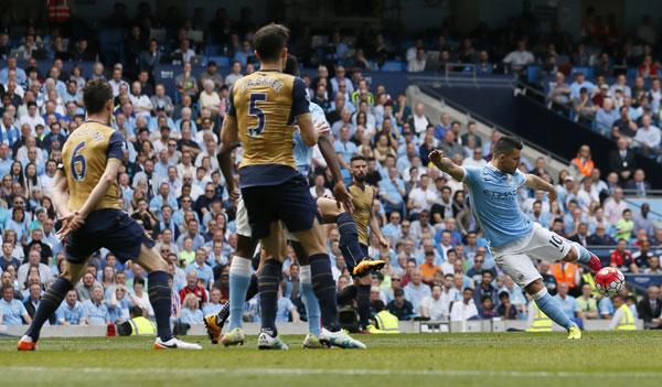 Hòa Arsenal, Man City có nguy cơ bị Man Utd đá khỏi top bốn