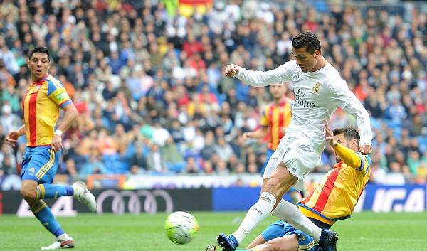 Ronaldo lập cú đúp, Real leo lên vị trí thứ hai