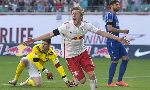 Emil Forsberg phấn khích vì bàn mở tỷ số trận thắng Karlsruhe 2-0, qua đó, đưa RB Leipzig lên chơi ở Bundesliga mùa tới. Ảnh: AP.