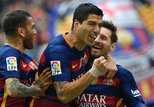 Lập cú đúp, Suarez sắp soán ngôi Vua phá lưới của Ronaldo