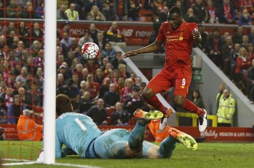 """Chelsea """"tặng"""" Liverpool một điểm ở phút bù giờ"""