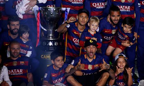 Barca mở đại tiệc ánh sáng mừng cú đúp ở Nou Camp