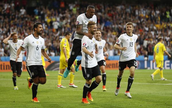 Đức ra quân bằng chiến thắng 2-0 trước Ukraine