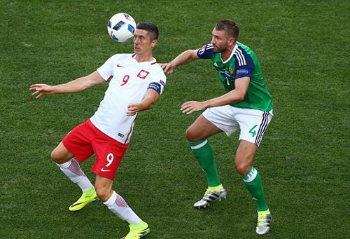 """Lewandowski """"mất tích"""" trong trận thắng của Ba Lan"""