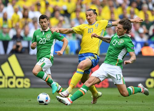 Ibrahimovic khiến đối thủ phản lưới, giúp Thuỵ Điển thoát thua