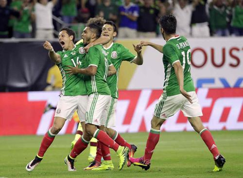 Mexico chiếm ngôi đầu bảng C, né Argentina ở tứ kết