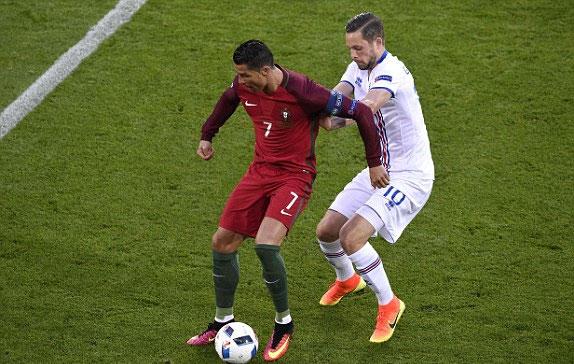 Ronaldo mờ nhạt, Bồ Đào Nha chia điểm trước Iceland