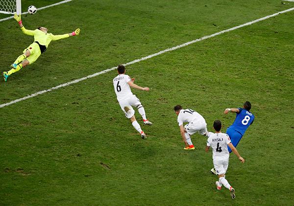 Pháp thắng Albania, giành vé đi tiếp đầu tiên