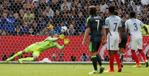 Joe Hart hứng bão chỉ trích vì quả đá phạt của Bale