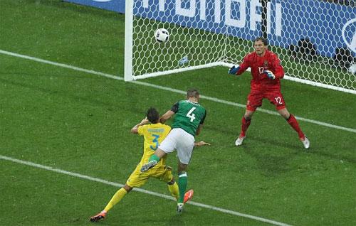 Bắc Ireland giành chiến thắng lịch sử, Ukraine bị loại
