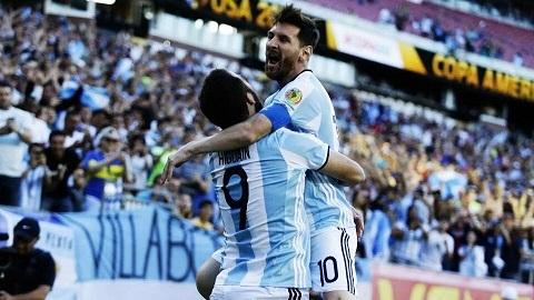 Messi san bằng kỷ lục ghi bàn của Batistuta cho tuyển Argentina