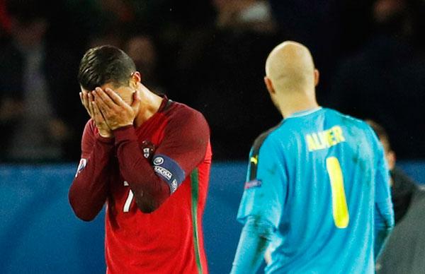 Ronaldo đá hỏng phạt đền, Bồ Đào Nha có nguy cơ bị loại sớm