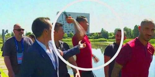 Ronaldo giật micro của phóng viên quăng xuống sông