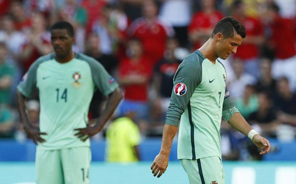 Ronaldo tỏa sáng, Bồ Đào Nha lách khe cửa hẹp vào vòng 1/8