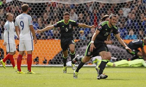 Cầu thủ Wales nhảy múa mừng đội tuyển Anh bị loại