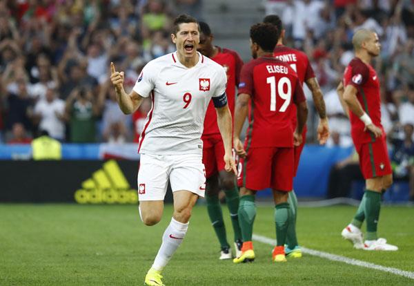 Lewandowski tỏa sáng nhưng không thể giúp Ba Lan đi tiếp. Ảnh: Reuters.