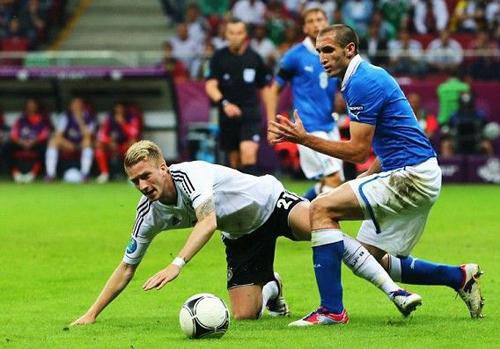 """Klose: """"Hậu vệ Italy rất giỏi trò kéo áo"""""""