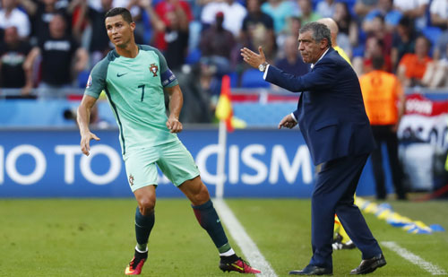 HLV Bồ Đào Nha: Ronaldo không theo chân Messi chia tay đội tuyển